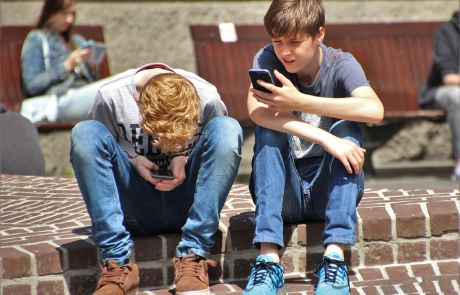 boys-cellphones-children-159395
